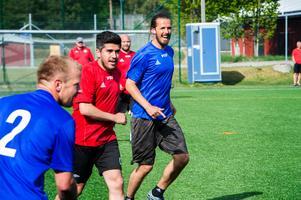Det var mycket glädje under fotbollsmatchen. Från vänster syns Thomas Åslin, Claudio Moraga och Per Nilsson.