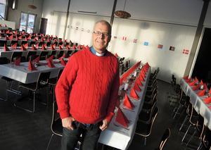 Magnus Davidsson, pastor i Lugnetkyrkan håller just på att duka upp för morgondagens julbord. Men i år tvingas kyrkan säga nej till över 100 personer.Arkivbild.