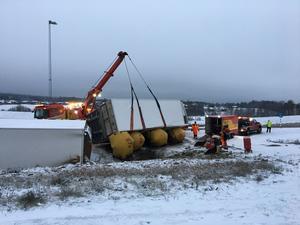 Lastbilen bärgas under fredagen.