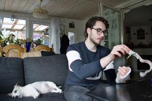 Daniel Gabrielsson i Kvicksund sågade av sig tummen och pekfingret under gymnasiepraktiken.