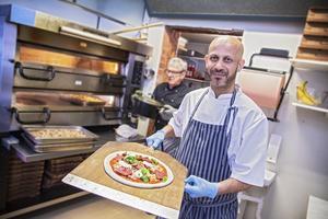 Abdelkader Cheriet har drivit pizzeria Ljusneturbinen sedan 2011. 2017 tog han även över utomhusbadet som ligger på baksidan av restaurangen.