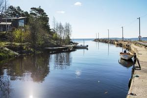 Sörfjärden. Fiskeläge med bland annat, café, golfbana, havsbad och naturreservat. Här ligger också Sundsvallsrestaurangen