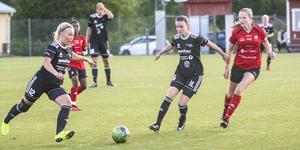 Greta Wikström, till höger i svart, spelar som mittfältare och gjorde ett mål för Team Hudik förra säsongen.
