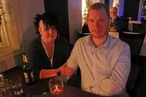 Sanna och Sebastian Nilsson från Torsåker hade ätit mat och skulle titta på Idol-Freddie.
