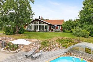 Lyxig villa med pool precis intill Dalälven. Vacker ateljé med lika fin utsikt. Foto: Patrik Persson
