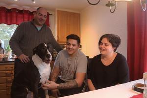 Hunden Jason har för vana att sitta med på stolen vid middagsbordet. – Han vet inte att han är en hund, säger Leif Gustafsson.