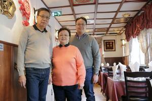 Från början var det bås med rosa tyg där gästerna satt och åt. Nu är gästdelen det betydligt mera öppen visar Te Chang, Lien Chiao och deras son Chee Fath.