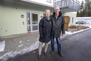 Knappt 10 000 kronor i månaden betalar Eva och Christer Nehrer för sin nya lägenhet, men då ingår mer än bara boende.