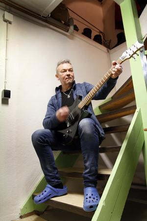 Många gitarrer och basar har under de senaste fem åren sett dagens ljus i Ulf Mossbergs källare.
