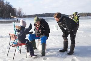 Julia Fagerstedt, Hasse Eriksson från Södertälje amatörfiskeklubb, SAFK och Anton Larsson från Naturcentrum, Södertälje kommun.