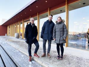 Två tar över Geschwornergården:  Micke Otterström och Petter Kosjanov. Här är de tillsammans med Anna Björkman, Falu gruvas verksamhetschef. Bild: Pressbild Falu gruva / Kokkonsten