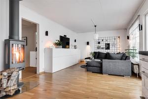 Modern inredning i vardagsrummet. Bild: Fastighetsbyrån