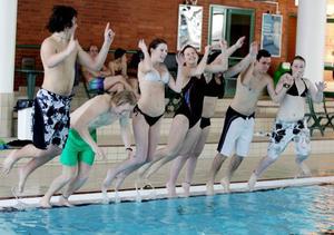 ROLIGT. Ungdomarna har haft kul under utbildningen. Nu stundar 40 timmars praktik Men först skoj med kamraterna i bassängen.