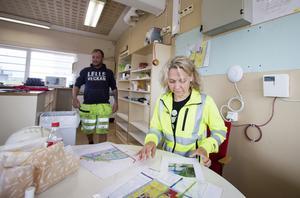 Karin Johansson visar det kartlagda området, information som finns i appen. Det underlättar att ha allt samlat  digitalt tycker både hon och grävmaskinisten Johnny Söderlund.