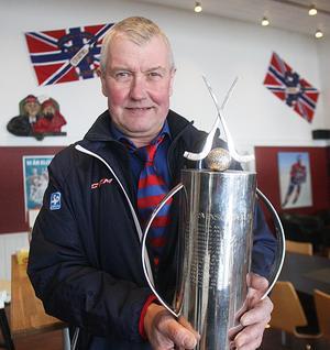 En sportchef stolt som en rödblå tupp.