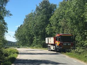 Brandmännen blev tvungna att parkera brandbilen vid vägrenen och gå till fots genom skogen fram till platsen där det brinner.