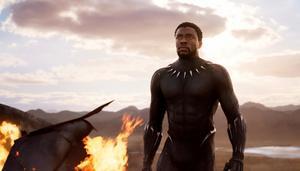 Chadwick Boseman tar på sin panterdräkten i nya