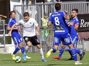 Jake Larsson mot Giffarnas försvar. Bild: Conny Sillén/TT