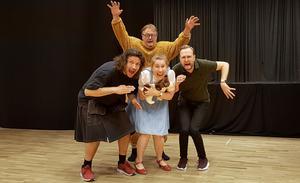 """Owe Lidemalm som lejonet i bakgrunden, skrämmer Michael Schmidberger, Maria Kjelsson och Håkan Starkenberg i Södertäljeoperans """"Trollkarlen från Oz""""."""