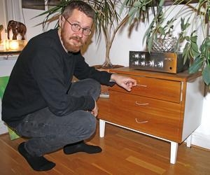 Konstnären Petter Nilsson har byggt sina egna möbler och möblerat sitt hem med dem.