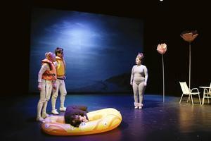 Pudlar och pommes är en pjäs som visats flera år på Oktoberteatern. Här ses Louise Jervfors Turner och Simon Mezher vid båten och Maja Lundberg som pudel till höger.
