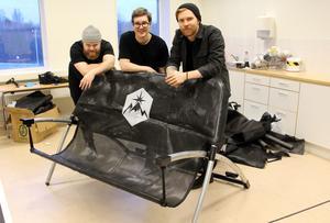 rEvent. Sittbänk att vila och gunga i med punkigt uttryck, av Oskar Brandell, Stefan Sandberg och Petter Hedin.