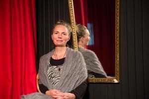 Fembarnsmamma, vårdare och personlig utvecklings-coach - nu siktar Malin Jónsfru på musikkarriären som Fru Konstnär.