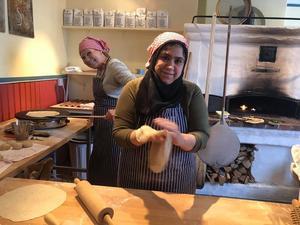 Mayyada bakar syriskt tunnbröd i Långhed och besökarna fick smaka på det goda brödet. Foto:; Margareta Englund.