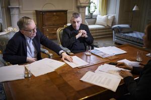 Anders Olsson och Eric M Runesson går igenom Akademiens verksamhetsberättelse, där det bland annat framgår att institutionen har ett eget kapital på över 1,5 miljarder kronor.Foto: Naina Helén Jåma/TT