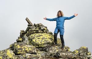 I augusti stod Minna Kinnunen på Helags västra topp i Funäsfjällen. Då hade hon bestigit den sista av de 60 topparna över 1000 meter. Foto: Minna Kinnunen