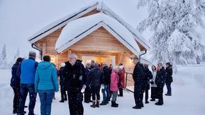 Mellan gudstjänsten och minglet tog kyrkobesökarna en paus på kyrkogården i Högvålen.