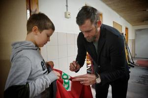Erik Andersson får en autograf på sin jacka av Henrik Zetterberg.