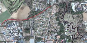 Den röda linjen visar den sista sträckningen mellan Backavägen och viadukten vid R70. Bild: Rättviks kommun.