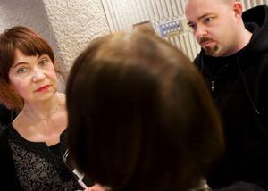 Eva Sjödin är född och uppväxt i Östersund, Johan Jönson har rötterna i Sundsvall. I fredag deltog de båda poeterna i författardagen på länsbiblioteket. Foto: Håkan Luthman