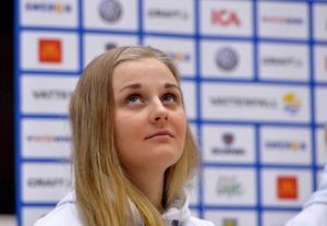 Stina Nilsson på tisdagens presskonferens med det svenska sprintlaget.