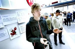 Henrik Sundqvist, som gick ut naturvetenskapliga programmet på Bessemergymnasiet i våras, är en av 27 Viktor Magnusson-stipendiater 2009. Stipendiaterna får dela på en miljon kronor. Bilden är tagen under en gymnasiemässa i våras då Henrik Sundqvist ställde ut sitt projektarbete om metallhalten i muskelvävnaden på kräftor.