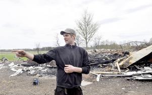Johan Wennberg vid huset i Sandby där branden startade. Johan var en av ett 20-tal bybor som hjälpte till vid släckningsarbetet.