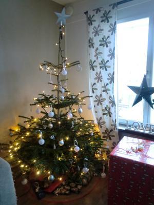 Det blev en riktig julgran i år igen med vitt och silver pynt.