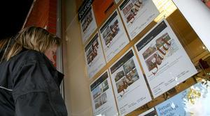 Slutsålt. Fastigheter säljer bra. Snart kan det dessutom bli ännu fler annonser i mäklarnas skyltfönster till följd av regeringens förslag om höjd kapitalvinstskatt. Foto: Björm Westerdahl