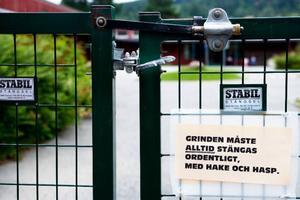 Tydliga instruktioner som finns uppsatta på grindarna på förskolan i Lövsta på Frösön.Foto: Lars-Eje Lyrefelt