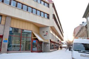 Här, fyra meter upp på fasaden på Z-gränd, mäts luftmiljön i Östersund. Och den är bättre än på 25 år.