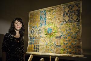 Sepidar Hosseini framför den omdefinierade världskarta som hon har skapat tillsammans med Hanna Berggren Larsen.