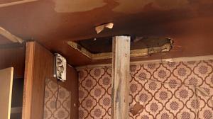 Många av EU-migranterna har satt in hemmagjorda kaminer för att klara den kalla vintern. Hål har gjorts i taken på husvagnarna för skorstenen.