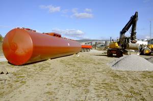 Den nya bensinmacken byggs på granntomten till Molin Bil vid södra brofästet.