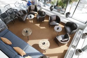 Förutom frukost och á la carte kan gäster välja att bara ta en fika eller ett glas vin utan krav på att äta i restaurangen Salt & Sea. Avkopplande lounge finns både inne och ute.