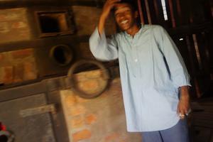 Zaid Cabdisalam, 16 år, går leende in för sin roll som masugnsvaktare.