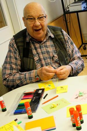 Allan Olsson är en fullfjädrat pysslare som tillverkade färgglada påskkort.