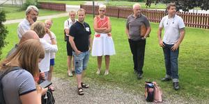 Politiker i Arboga, bland andra Andreas Silversten (S), till höger, träffade föräldrar i Medåker i somras.