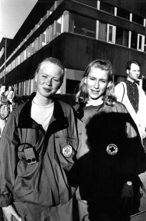 Margita Eriksson och Anki Berthelsen i Röda Korsets ungdomsgrupp gick runt på stan och kunde bistå med första hjälpen ifall någon skulle göra sig illa.