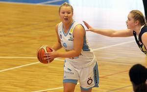 Frida Joelsson tvekar inför en fortsättning i ÖB. Såvida inte klubben hittar en assisterande coach bredvid Elena Popkey.